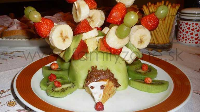 Ovocný ježko - letné osvieženie pre deti vo forme ovocných špízov